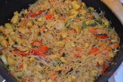 Zubereitung des Rezepts Chinesische Nudelpfanne mit Hähnchenfleisch in 15 Minuten zubereitet, schritt 4