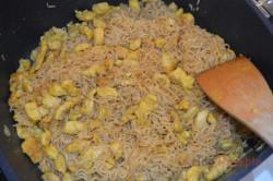 Zubereitung des Rezepts Chinesische Nudelpfanne mit Hähnchenfleisch in 15 Minuten zubereitet, schritt 3