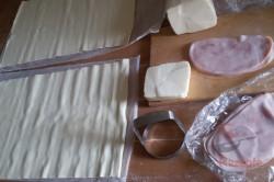 Zubereitung des Rezepts Fantastische und megaschnelle Blätterteig-Blümchen mit Schinken und Käse, schritt 1