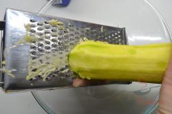 Zubereitung des Rezepts Zucchini-Pfannkuchen: saftig, schmackhaft und fluffig, schritt 1