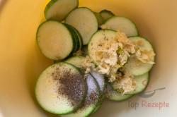 Zubereitung des Rezepts Die leckerste Zucchini der Saison im perfekten Teigmantel! Keine Beilage nötig, schritt 2